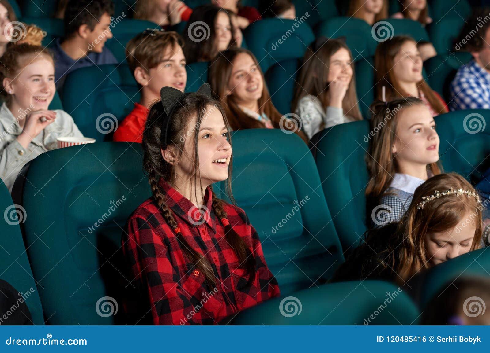 Film de observation de la jeunesse et rire dans le cinéma