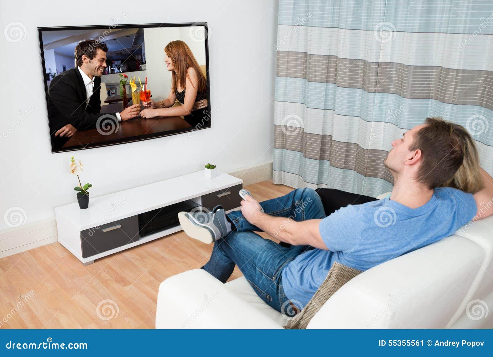 Film di sorveglianza delle coppie sulla televisione