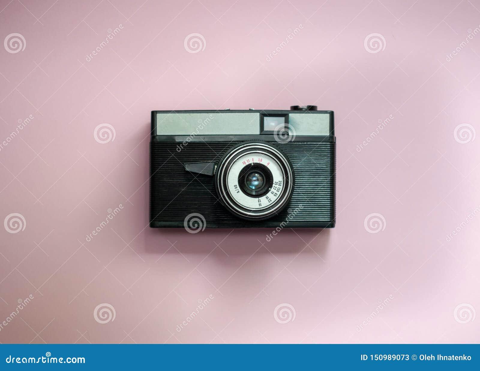 Film retro camera op een roze achtergrond 4