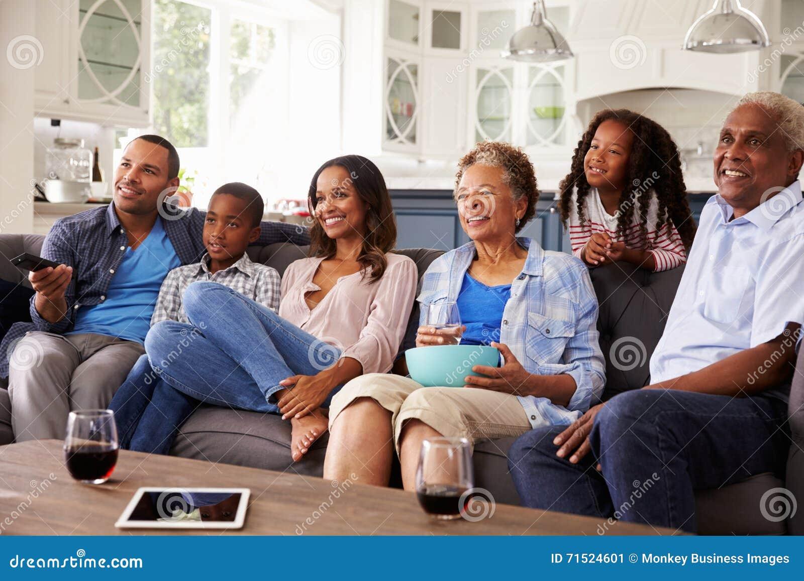 Filme de observação da multi família do preto da geração na tevê junto