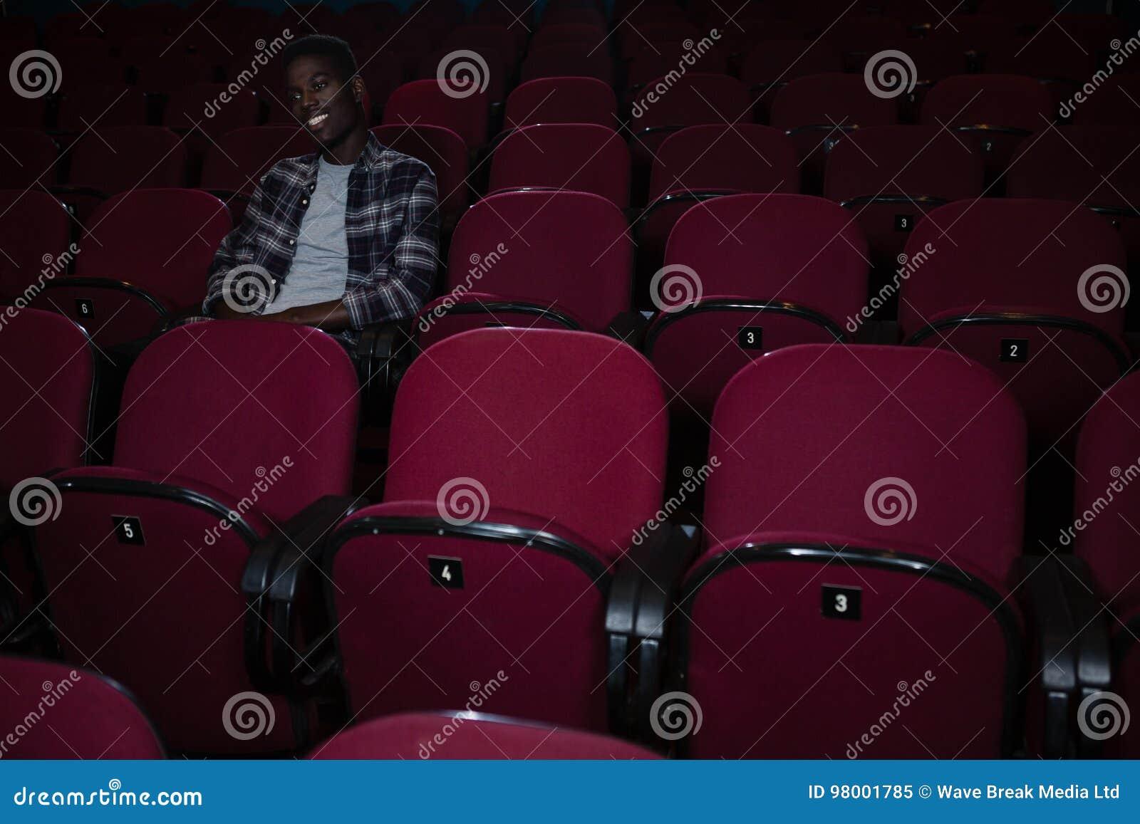 Filme de observação do homem no teatro