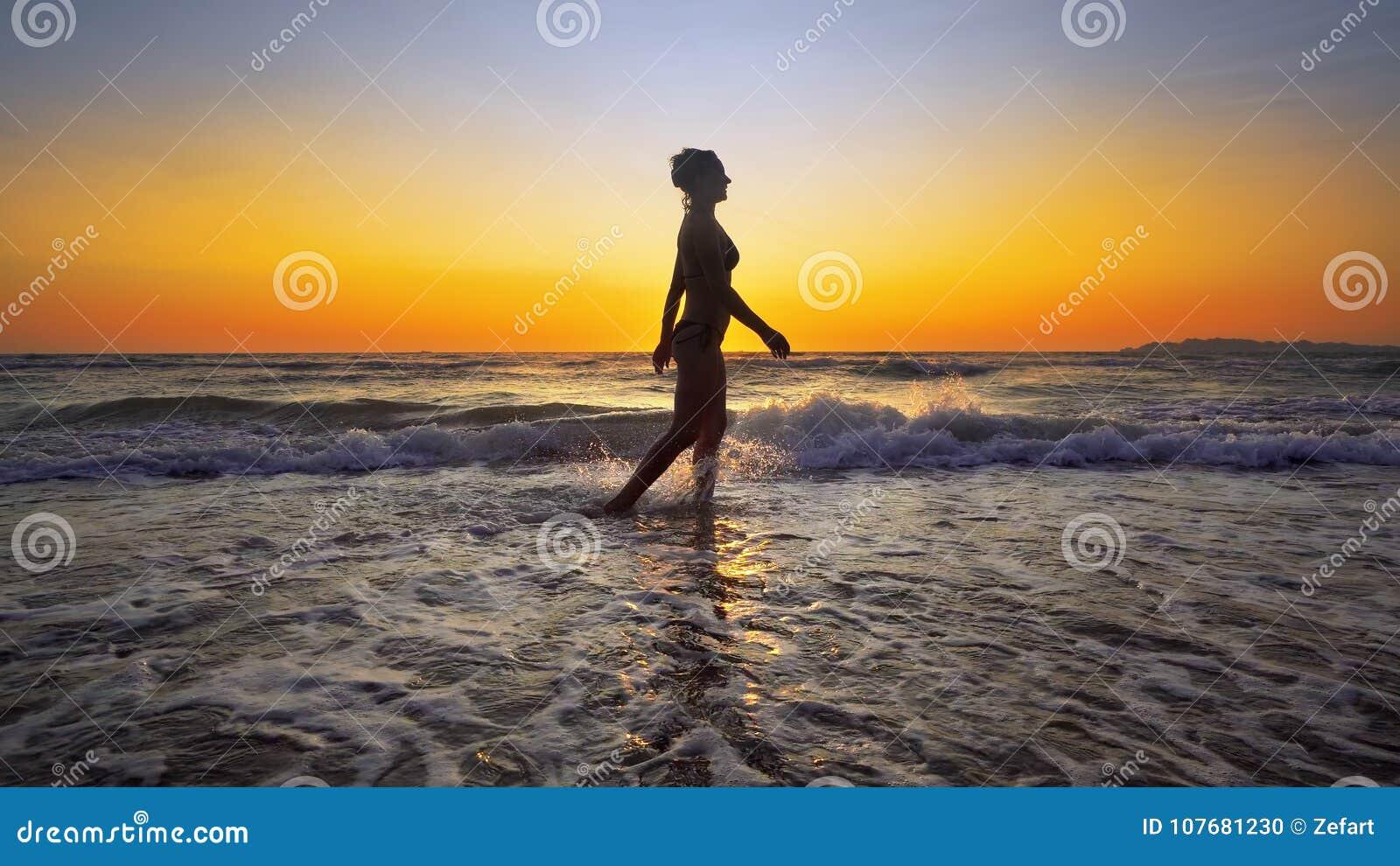 Filmiskt skott av kvinnan som går på vatten