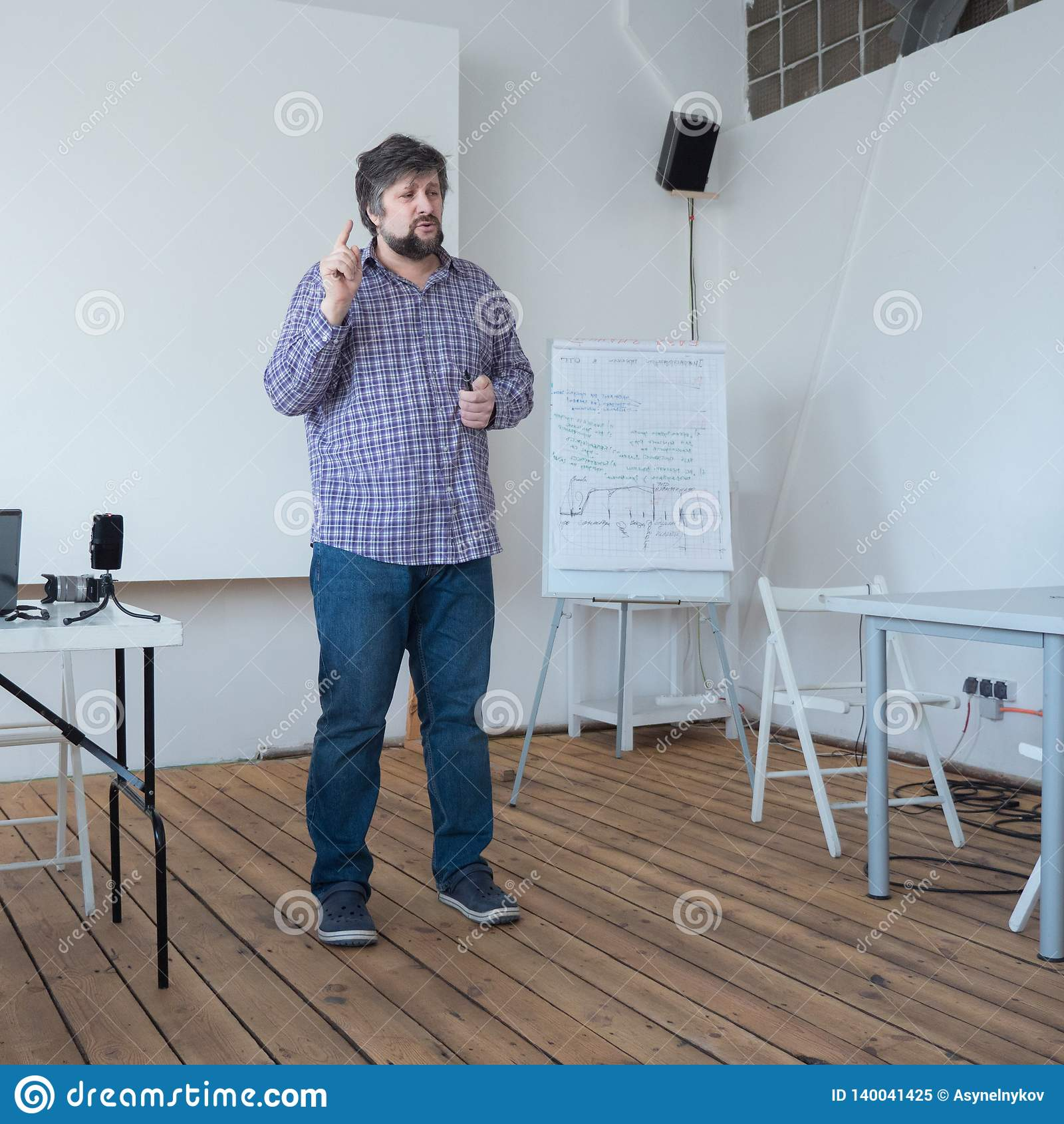 Filmproduktionsschulkonzept Professor, der am Klassenzimmer mit Bretterboden konferiert Kaukasische Lehrerstellung beim Konferier