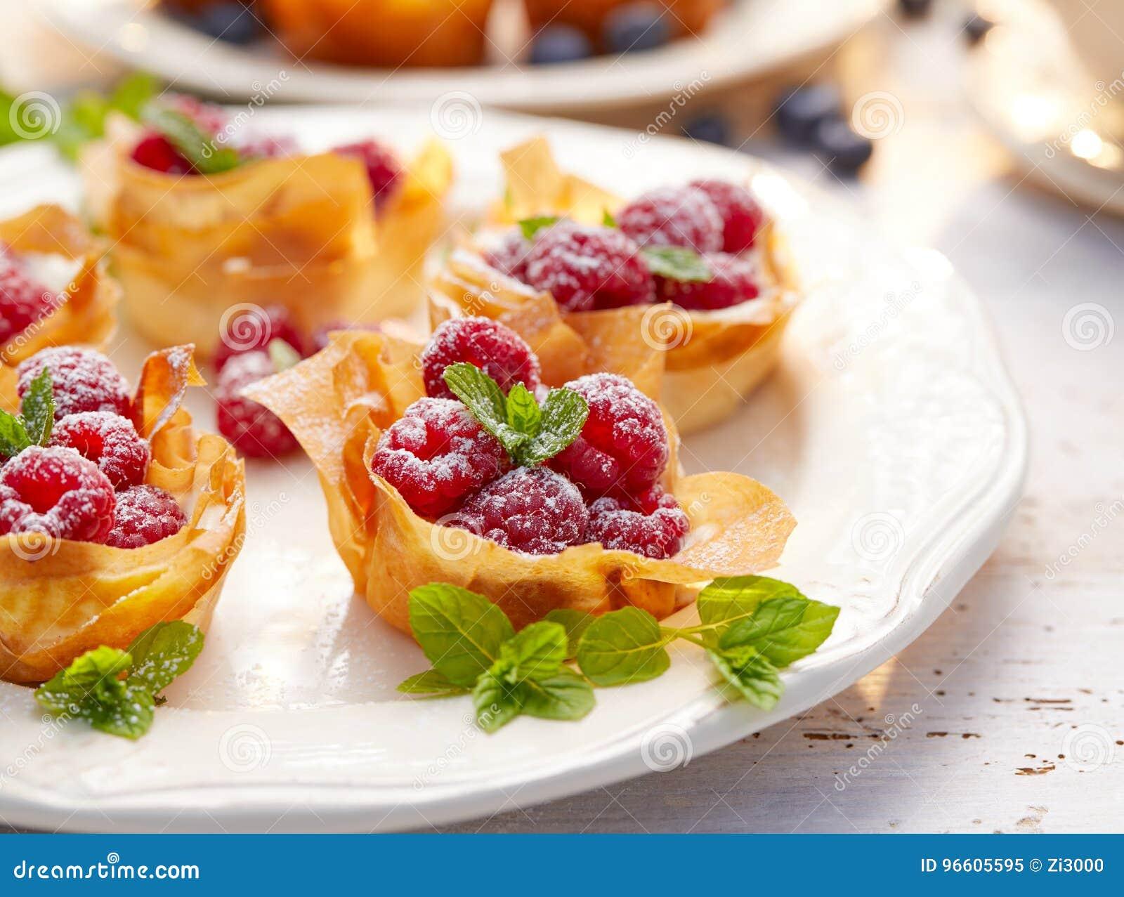 Filokoppen met Mascarpone-bedekt vullen met frambozen, heerlijk dessert