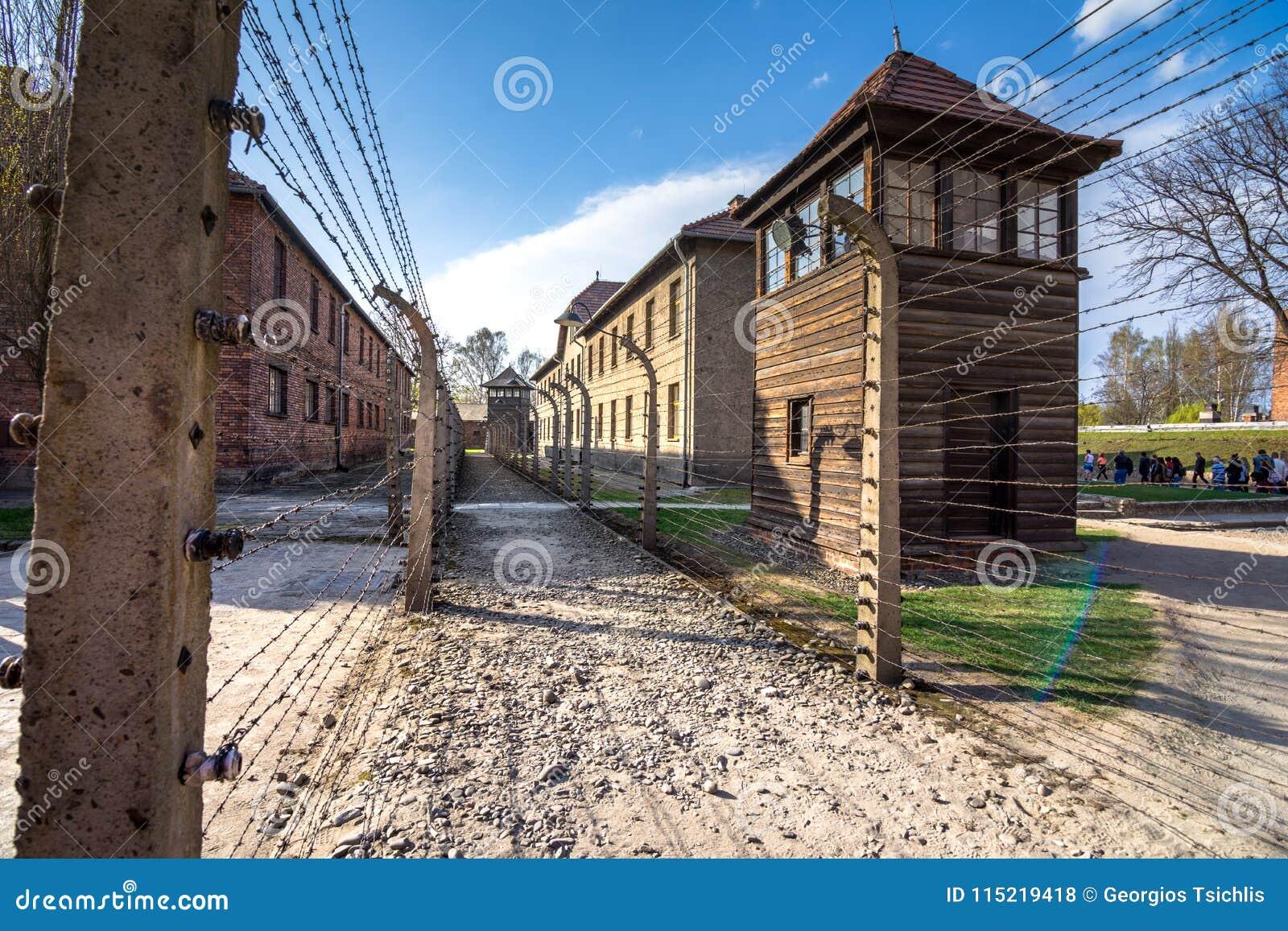 Fils barbelés électriques du patrimoine mondial nazi allemand de camp de concentration et d extermination Auschwitz Birkenau, Pol