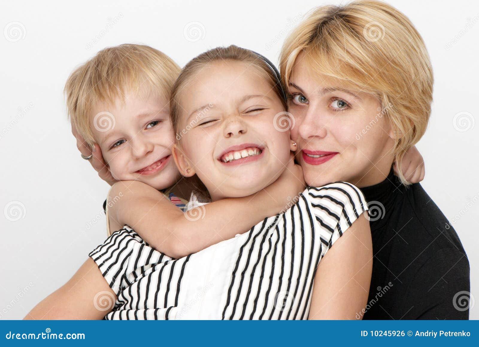 Fils heureux de mère de famille de descendant
