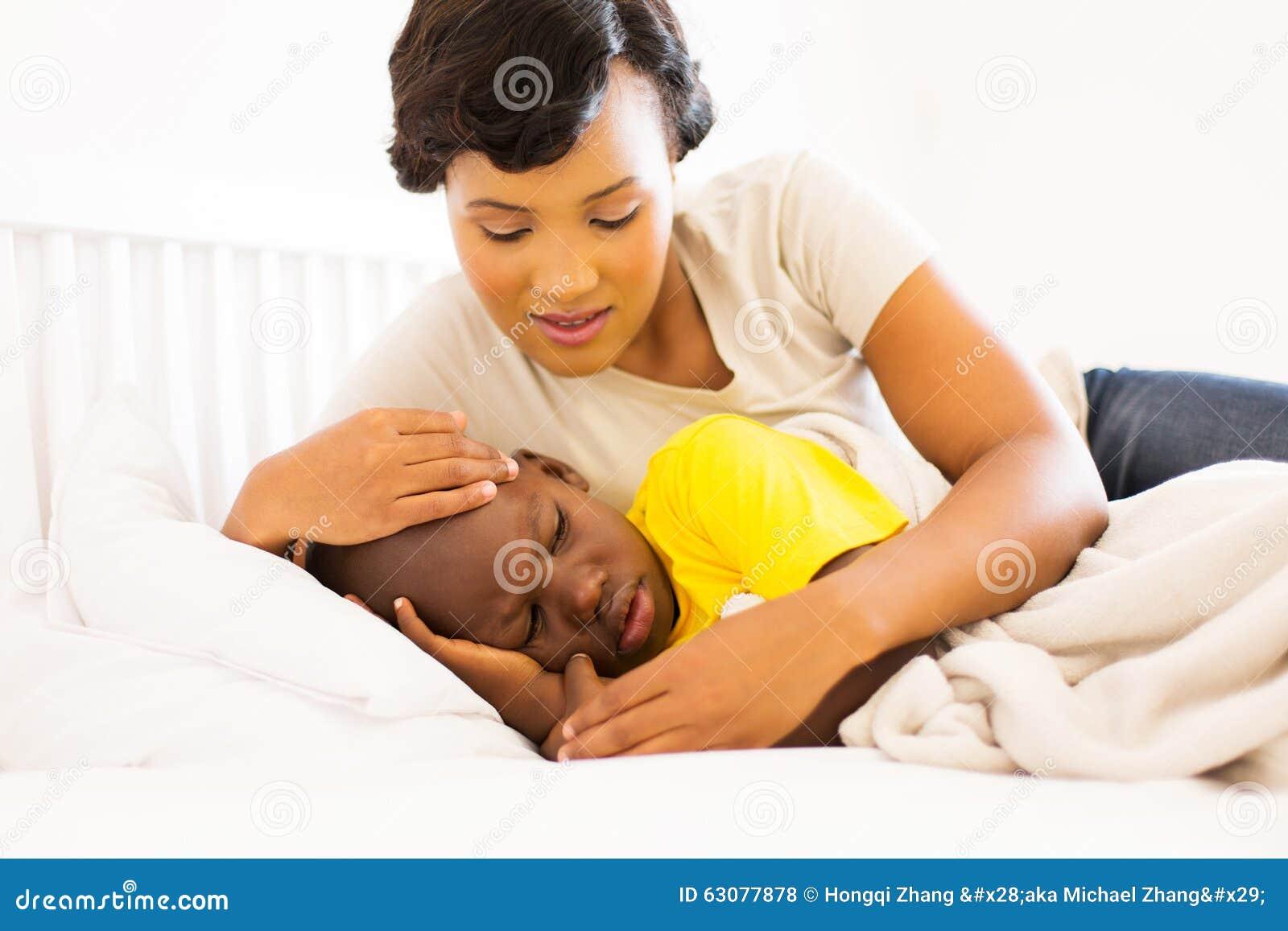 Download Fils Malade De Embrassement De Mère Photo stock - Image du noir, occasionnel: 63077878