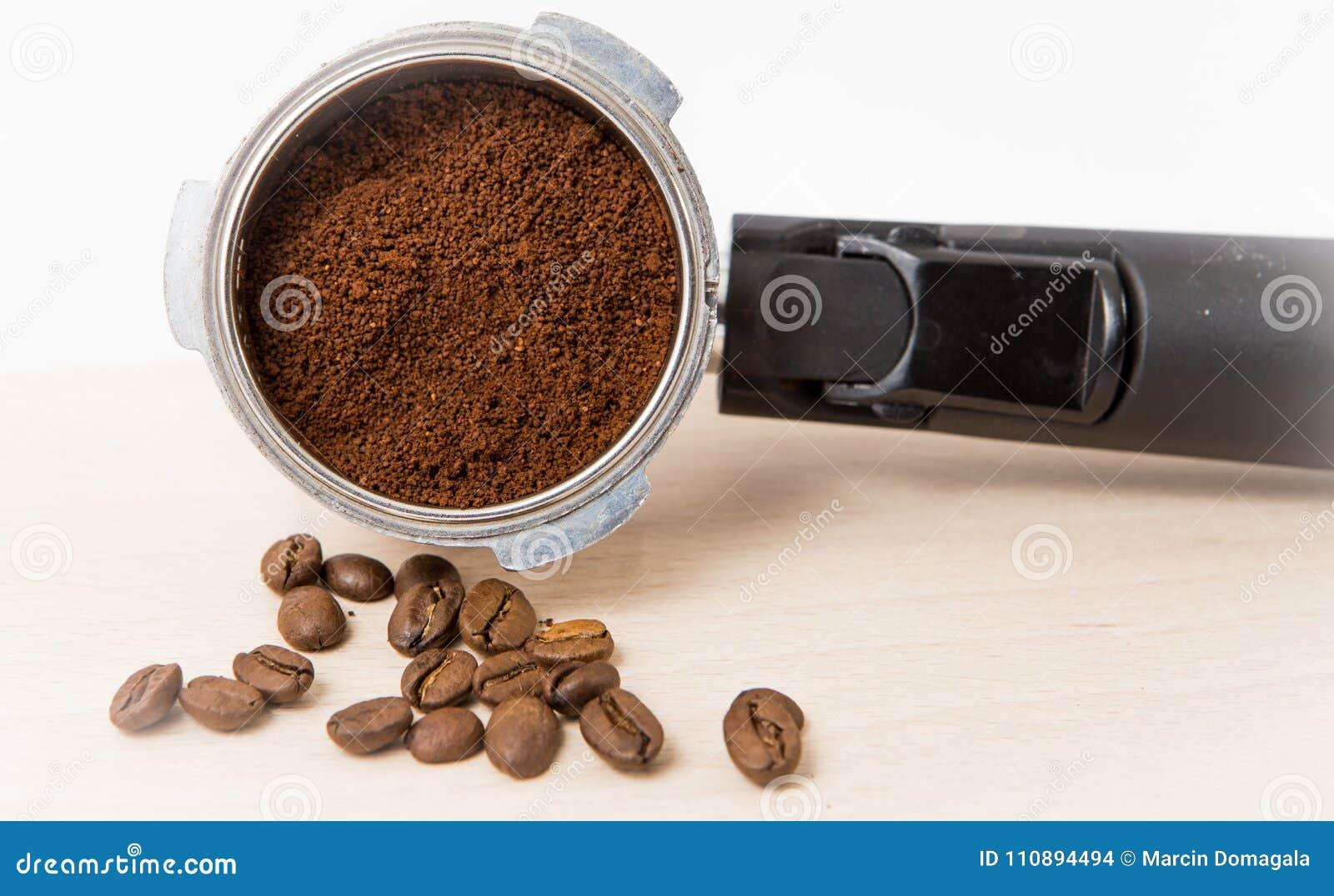 Filtro de café del café express con los argumentos apisonados listos para ser insertado en la máquina
