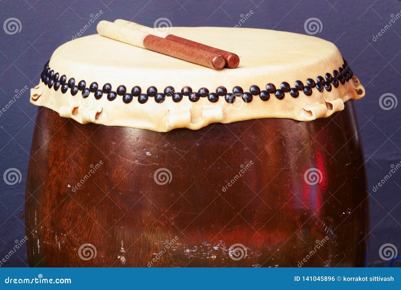 Fim acima do instrumento de percussão japonês tradicional Taiko ou do cilindro de Wadaiko