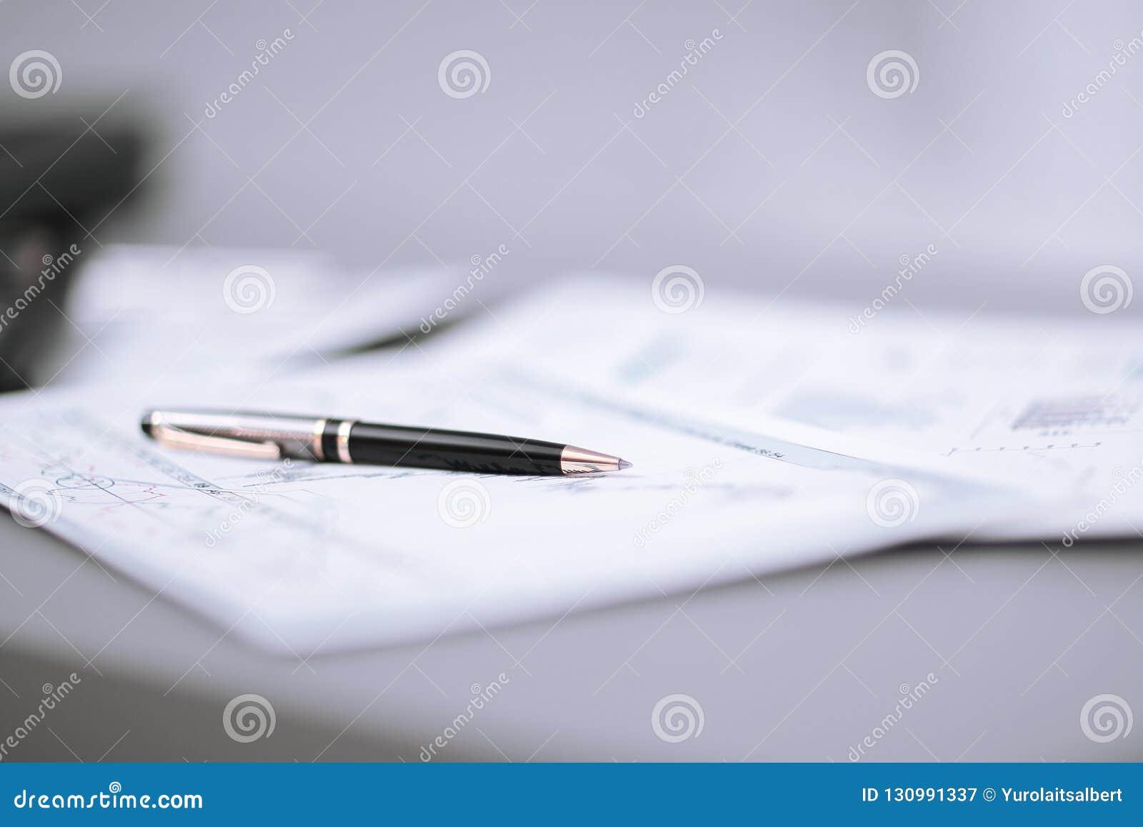 Fim acima pena e carta financeira na mesa do homem de negócios