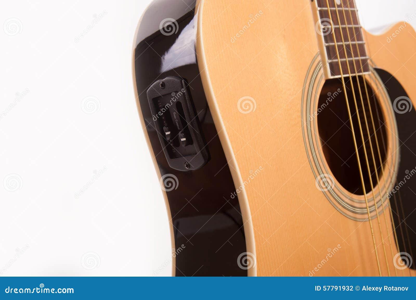 Fim amarelo acústico bonde da guitarra acima no branco