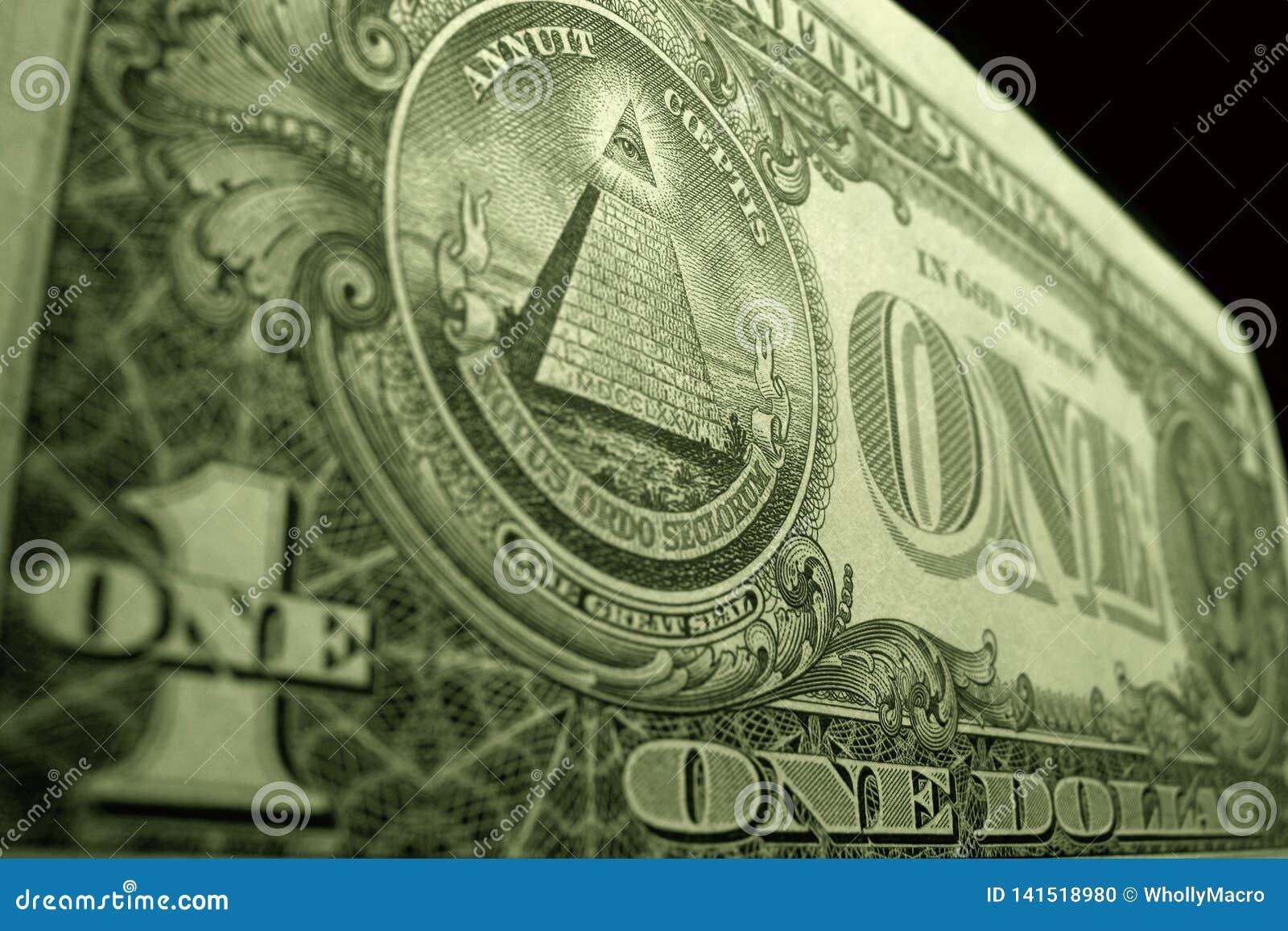 Fim do baixo ângulo acima do dólar americano, focalizado no olho do providência, na parte superior da pirâmide