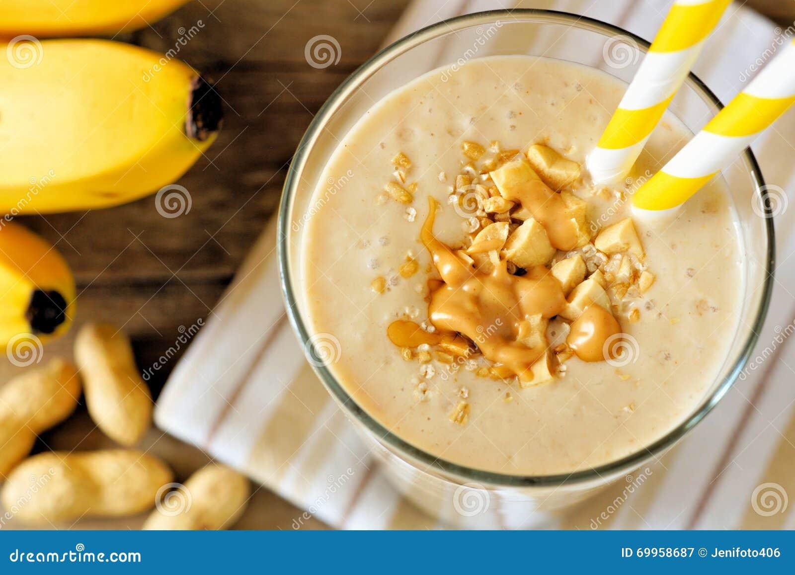 Fim do batido da aveia da banana da manteiga de amendoim acima, vista descendente
