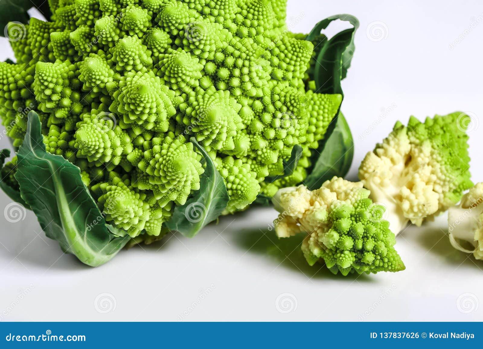 Fim dos bróculos de Romanesco acima O vegetal do fractal é sabido para ele é conexão à sequência de fibonacci e à relação dourada