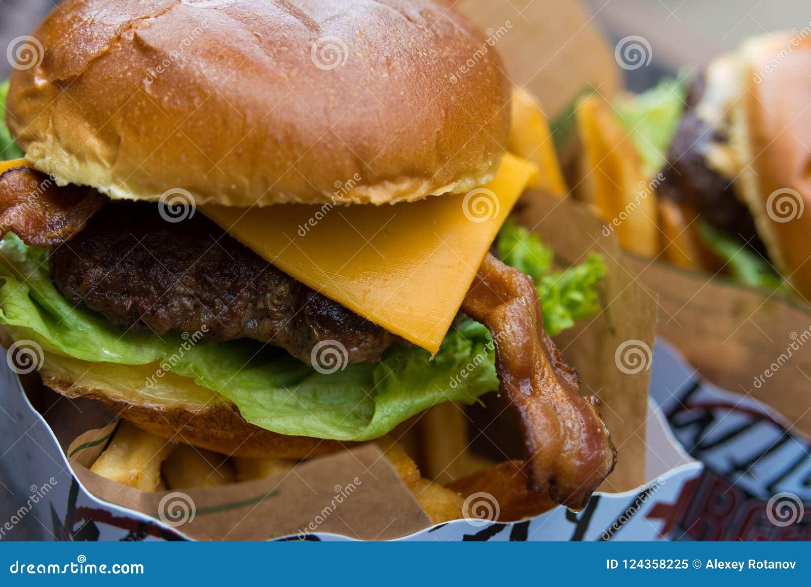 Fim fresco delicioso do hamburguer acima Foco seletivo com profundidade de campo rasa