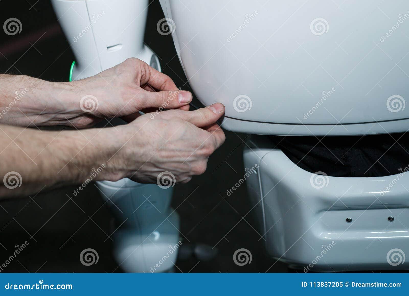 Fim futurista branco moderno do robô do humanoid acima do tiro