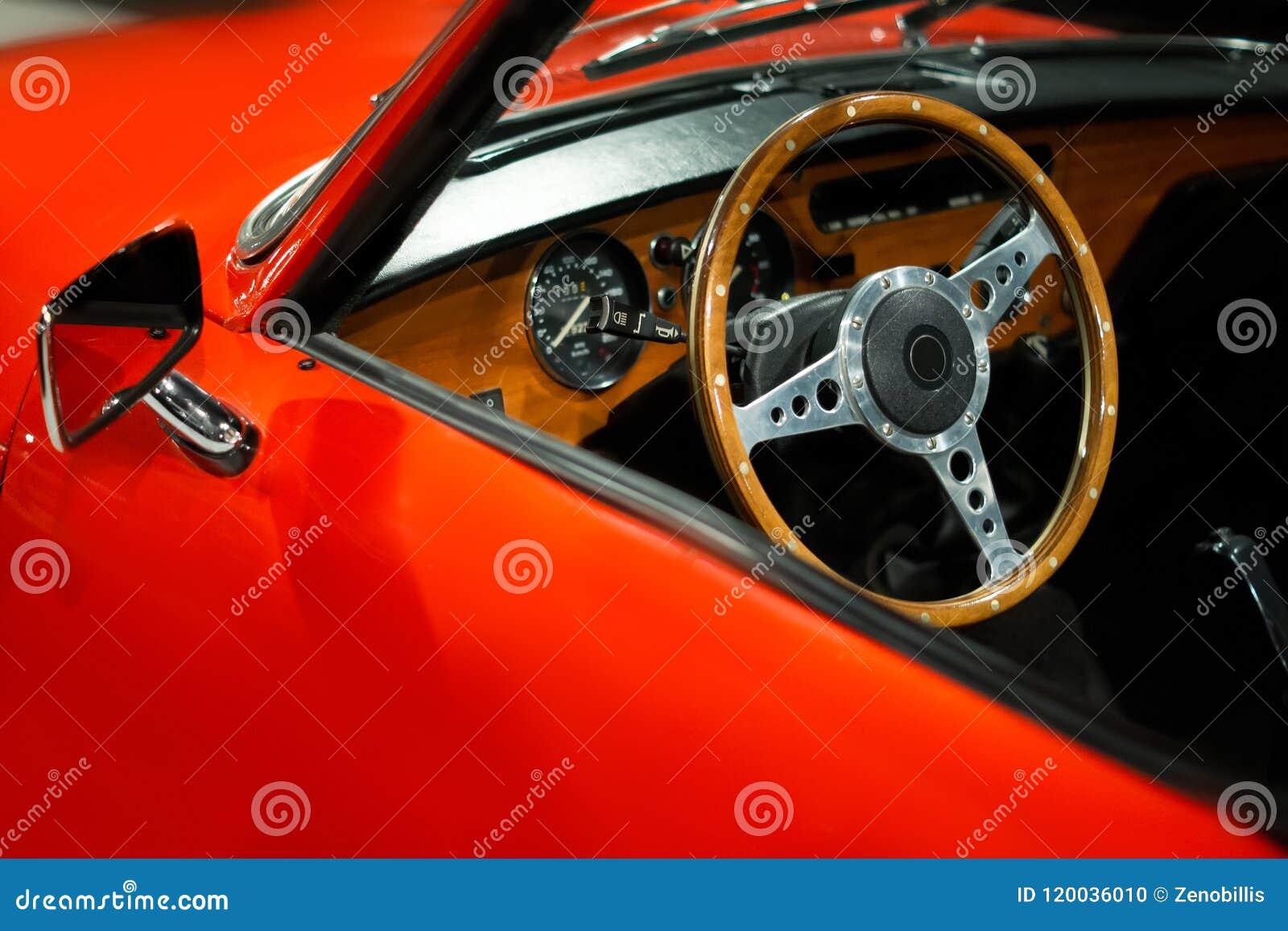 Fim luxuoso do interior do carro do vintage acima Mostra de carros