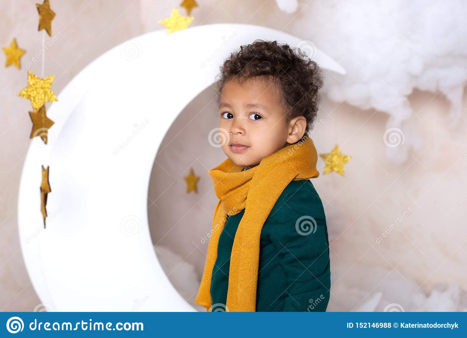 Fim preto do menino acima Retrato de um menino de sorriso alegre em um lenço amarelo Retrato de um afro-americano pequeno Indivíd