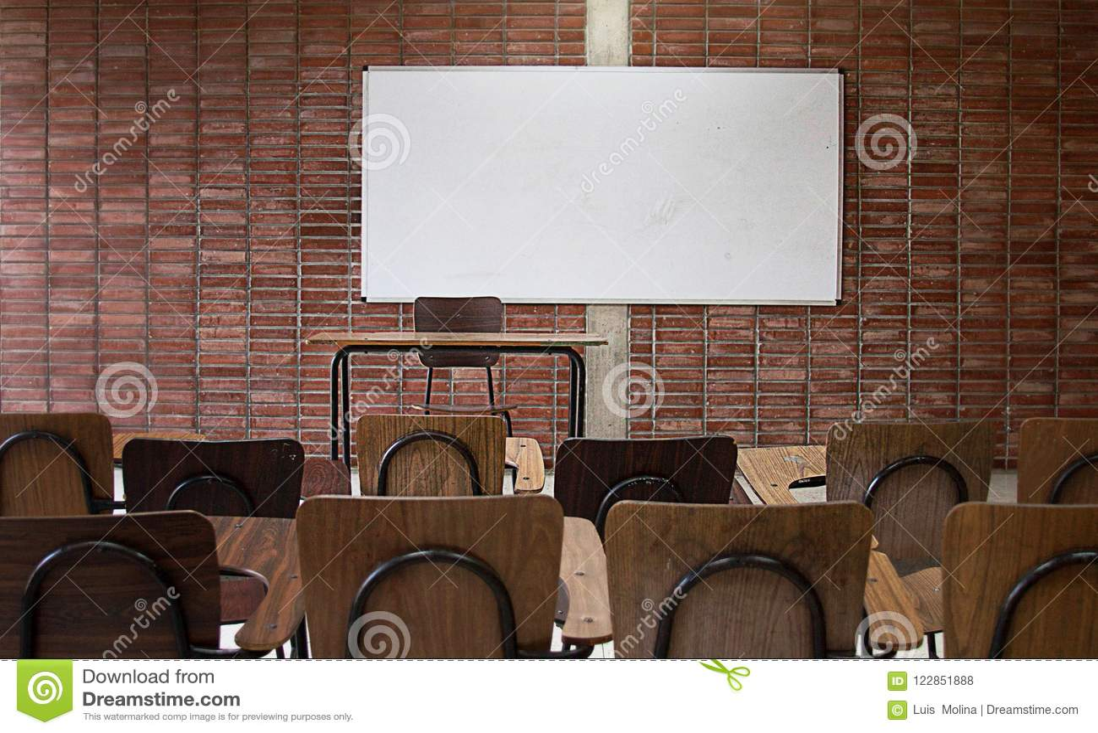 Fim vazio da sala de aula da universidade acima