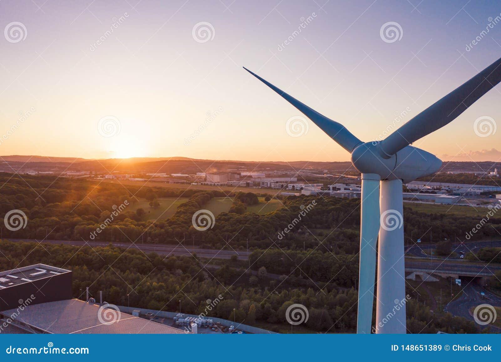 Fin aérienne tirée d une turbine de vent devant un coucher du soleil parfait