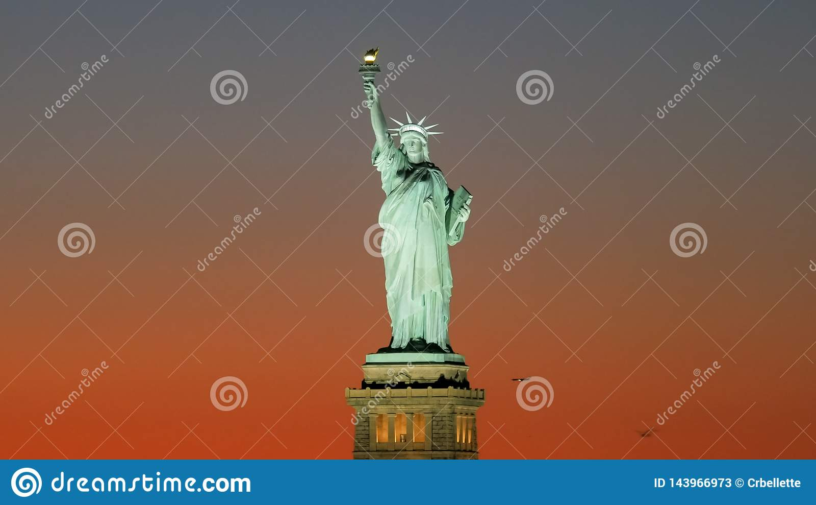 Fin de coucher du soleil vers le haut du tir de la statue de la liberté, ny