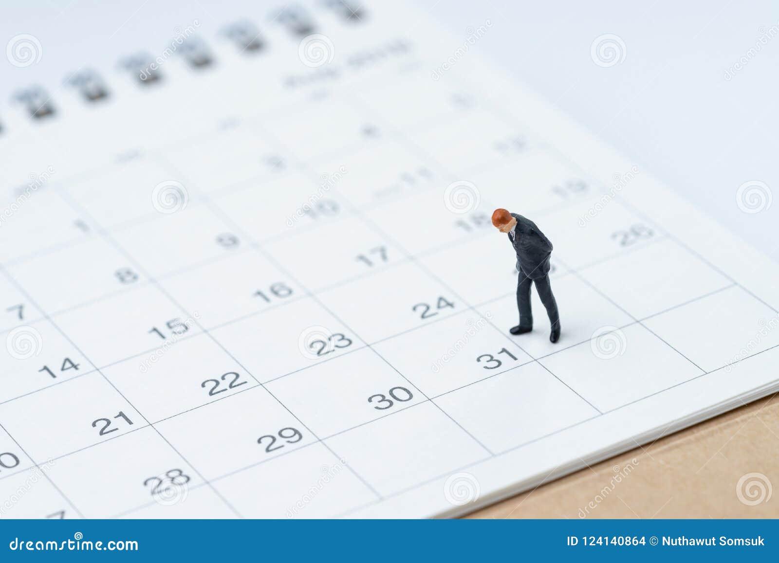 Fin de mois pour le concept d homme de salaire, businessma miniature de personnes
