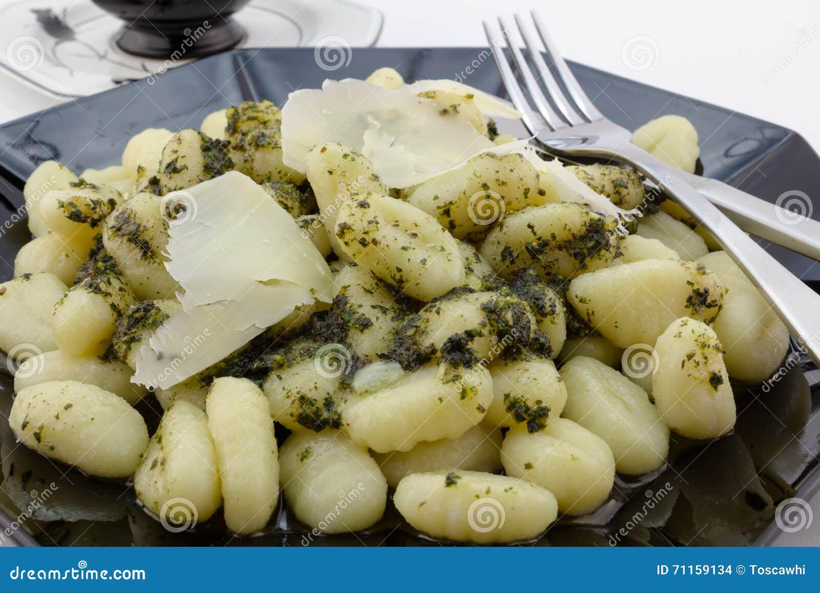 Fin de pâtes de Gnocchi avec le parmesan et le pesto
