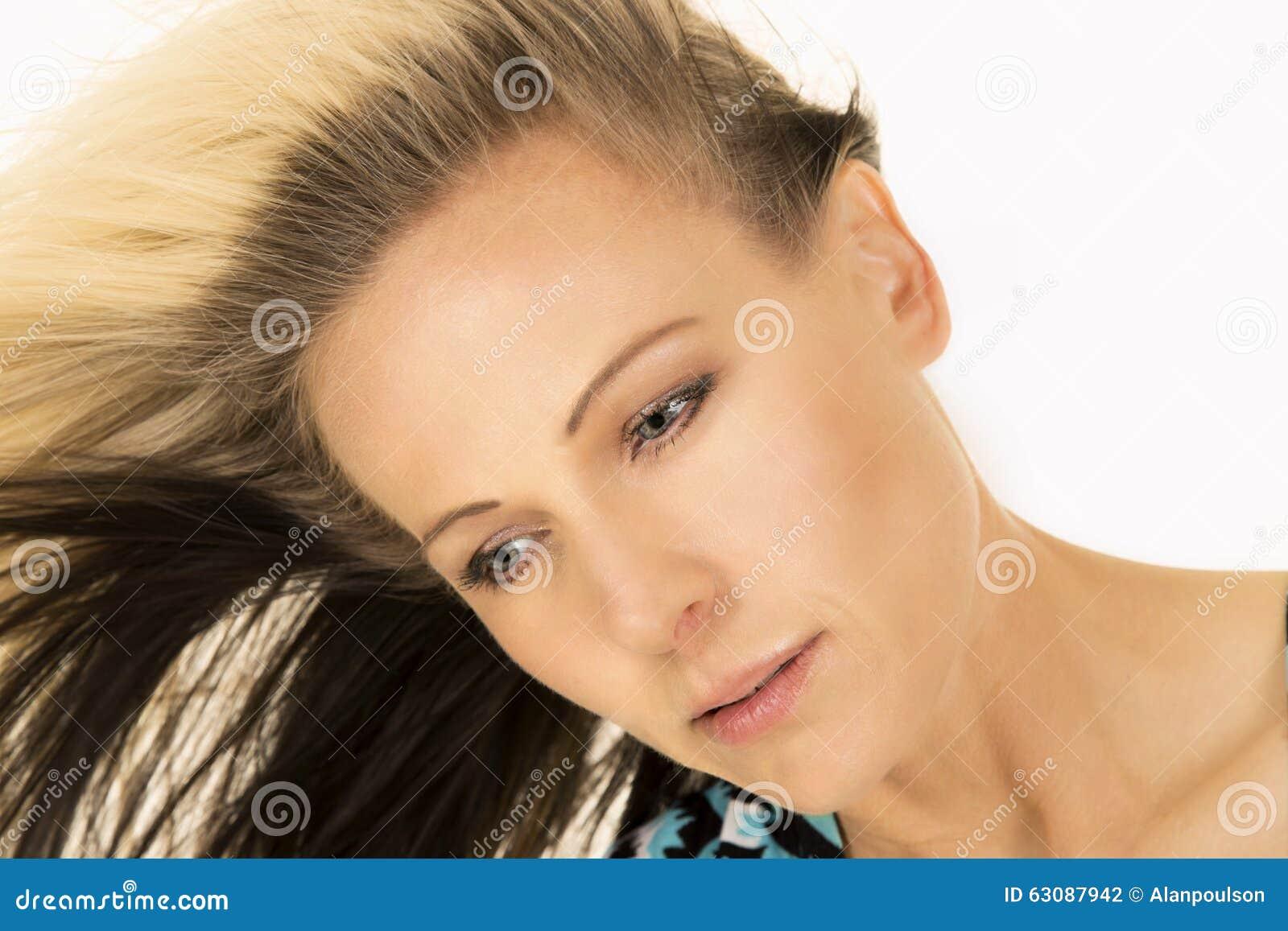 Download Fin Des Cheveux Blonds De Femme à Dégrossir Regard Vers Le Bas Photo stock - Image du adulte, beau: 63087942