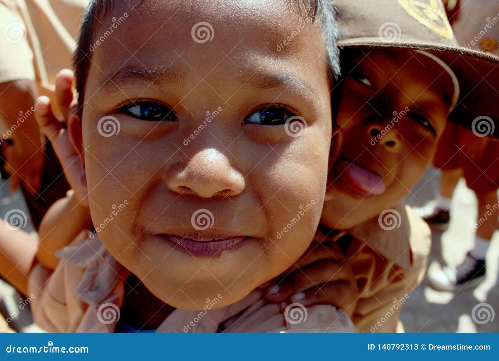 Fin heureuse d enfant vers le haut de l Indonésie