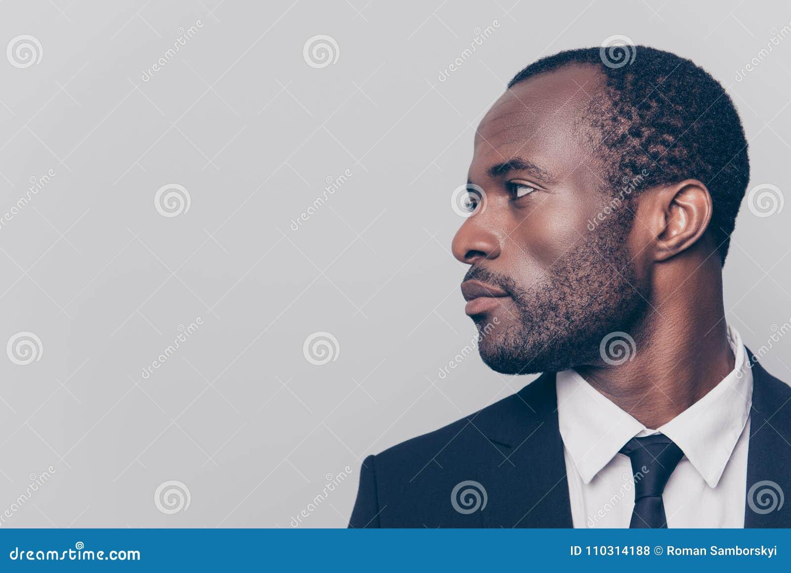 Fin latérale Moitié-tournée de profil vers le haut de portrait de vue de viri beau