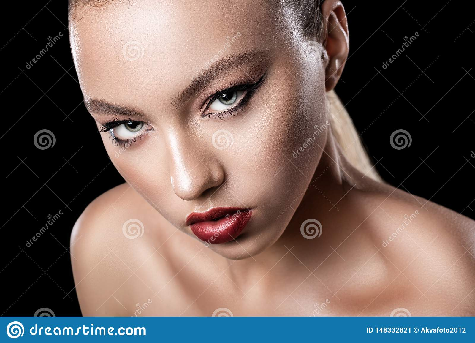 Fin mod?le de jeune fille attirante  Maquillage lumineux de soir?e
