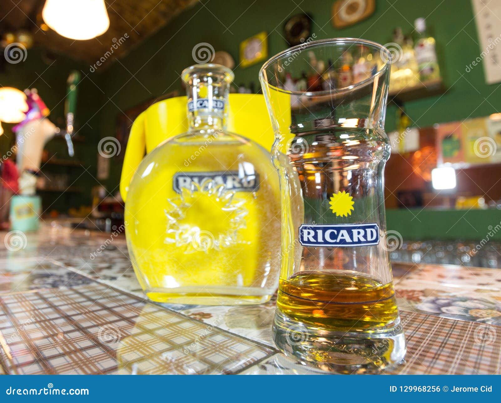 Fin sur d une cruche de Ricard et d une bouteille d eau avec son logo Ricard est des pastis, un anis et apéritif aromatisé par ré