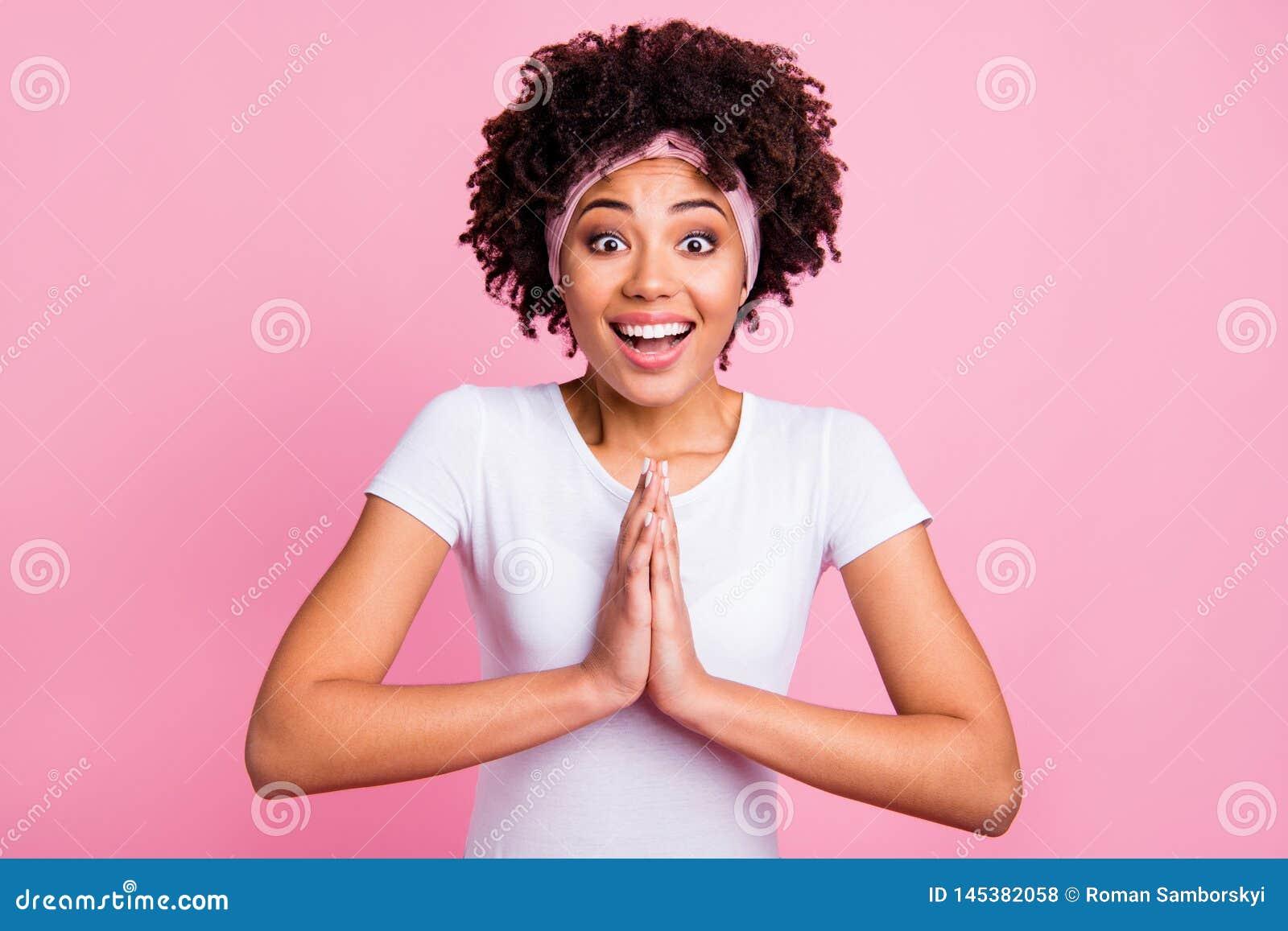Fin vers le haut de bel étonnant génial de photo elle que son symbole de prière drôle de dame foncée de peau demandent svp