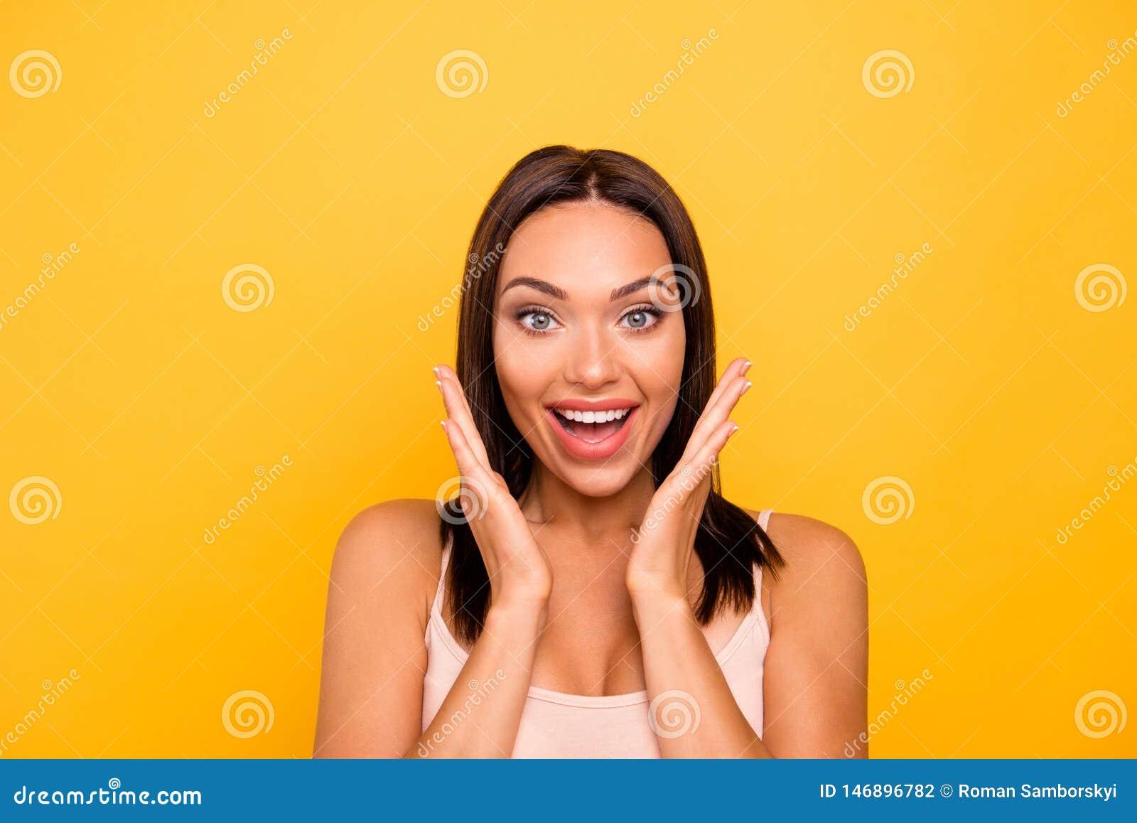 Fin vers le haut de bel étonnant de photo elle ses bras comblés faciles à vivre de prise de dame près usage chanceux de pommettes