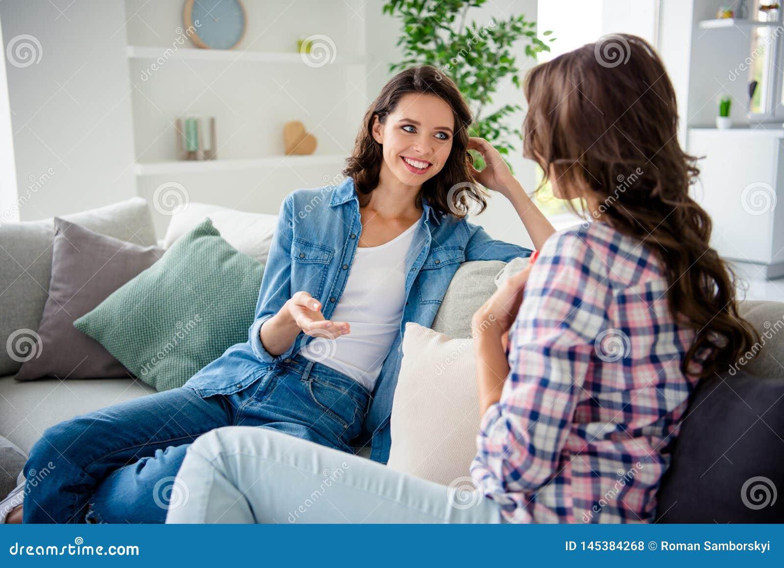 Fin vers le haut de bel étonnant de photo elle ses dames communiquer pour dire de parler le bavard de rumeurs de bavardage de no
