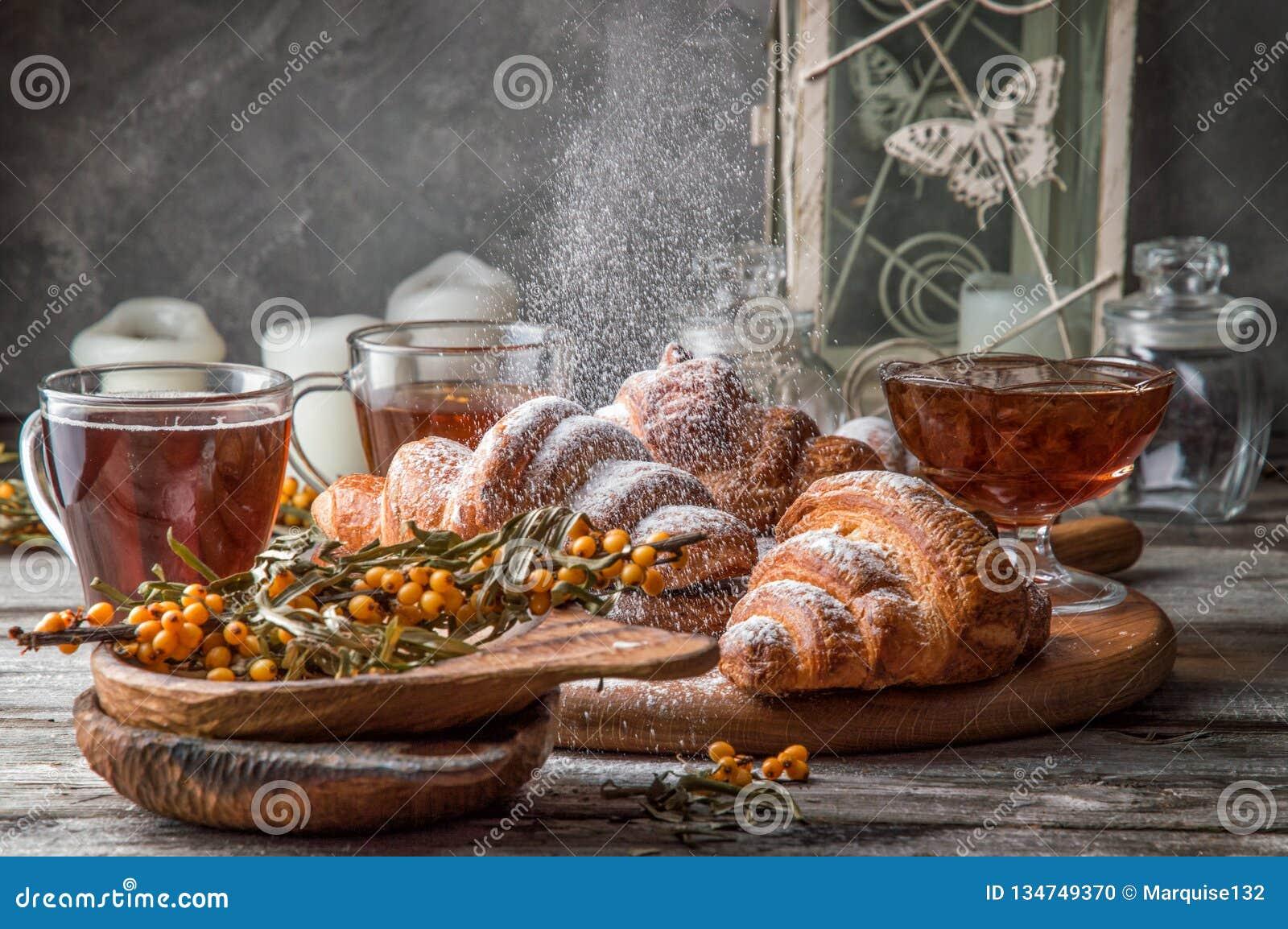 Fin vers le haut Jour du `s de Valentine Petit déjeuner romantique avec les croissants français fraîchement cuits au four, en pou