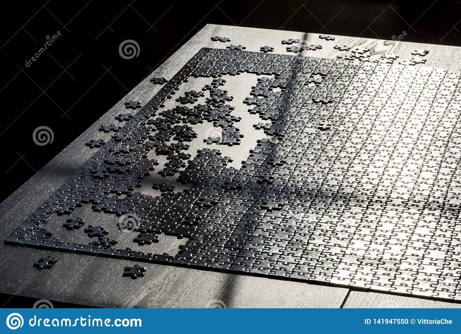 Final del juego del rompecabezas Varios pedazos del rompecabezas no se terminan Concepto de ?xito