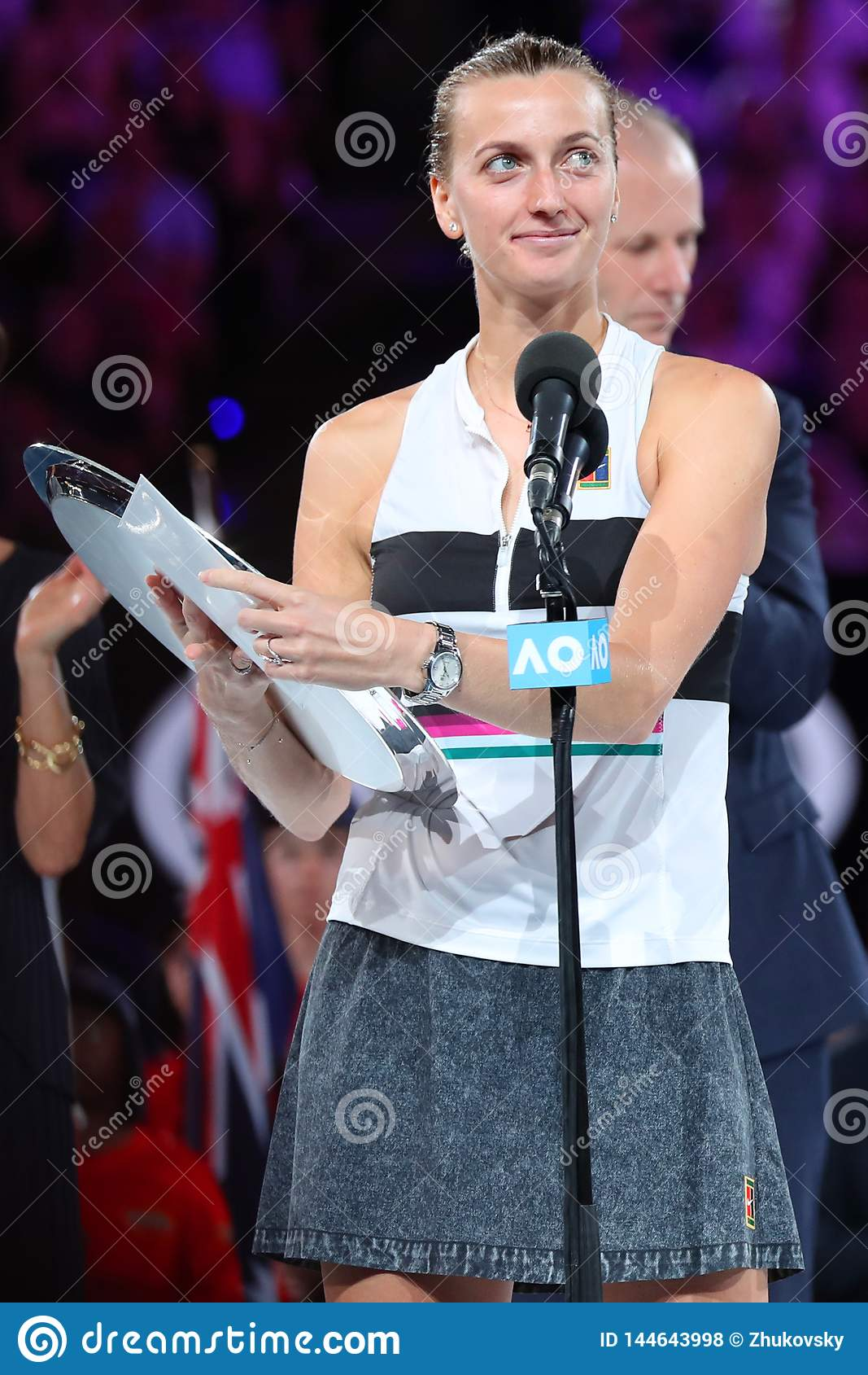 Finalista 2019 de Abierto de Australia Petra Kvitova de la República Checa durante ceremonia de presentación del trofeo despué