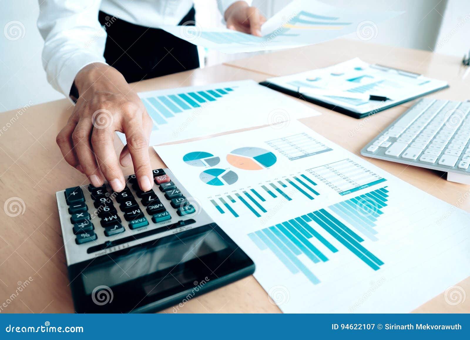 Finances enregistrant le concept d économie Utilisation femelle de comptable ou de banquier