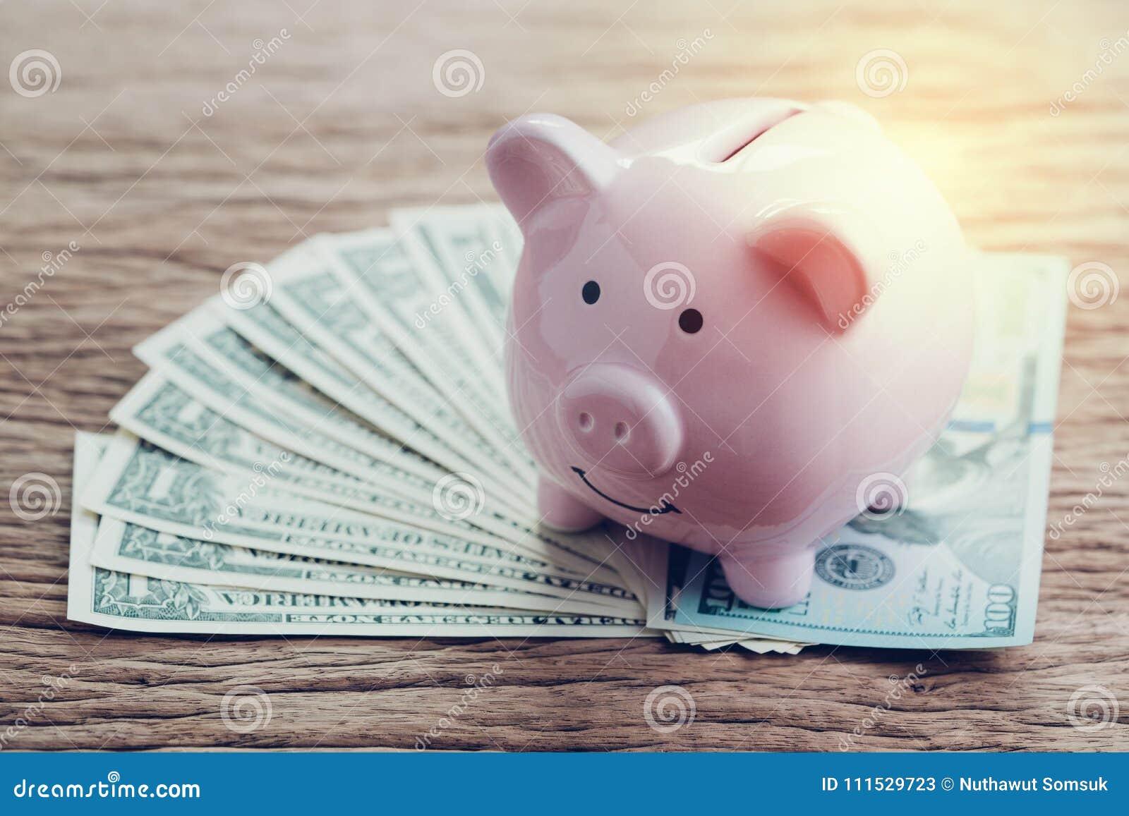 Finances, opérations bancaires, compte d argent d économie, tirelire rose sur la pile