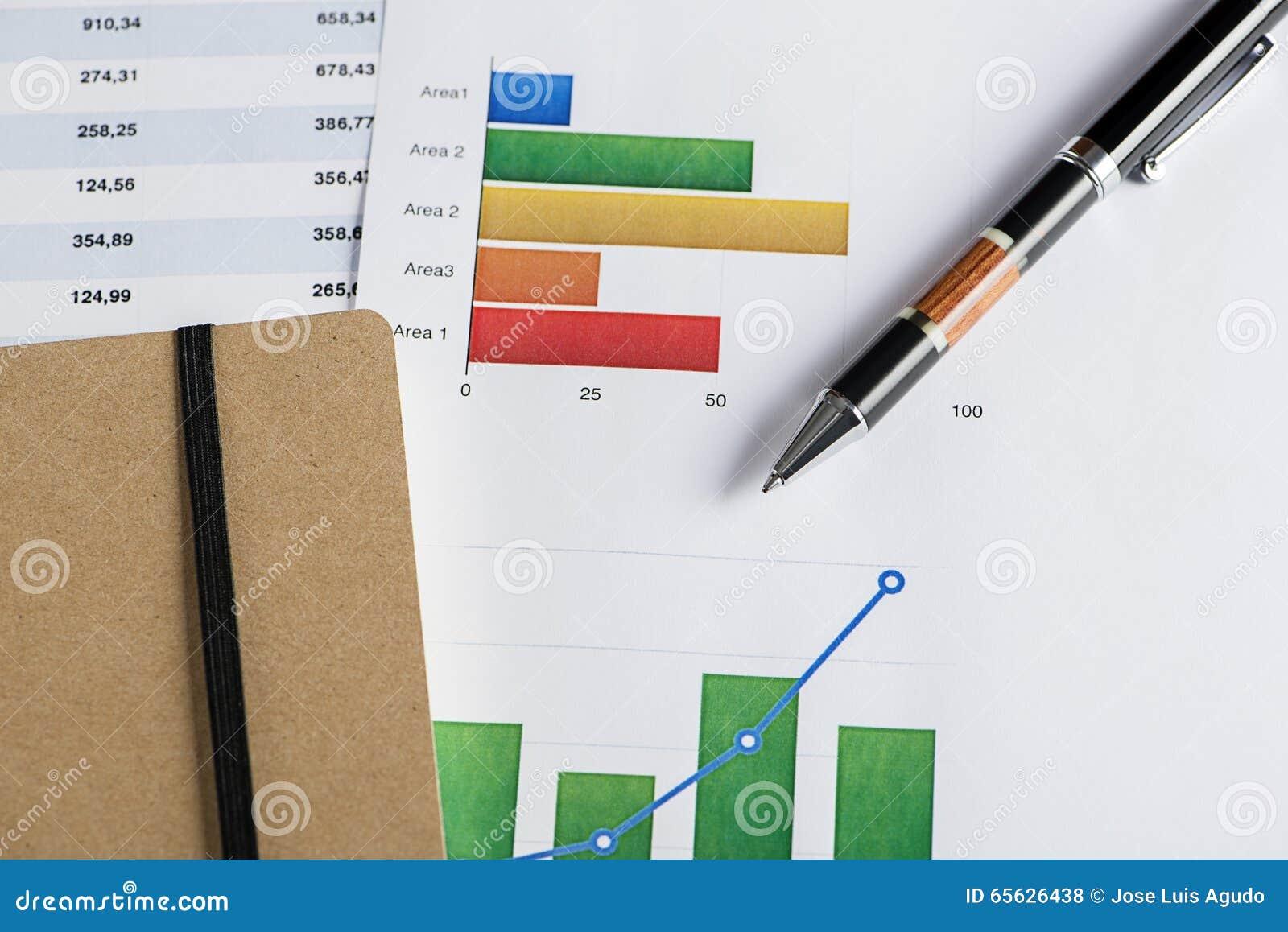 Financez les graphiques couleur avec un stylo et des papiers de shedule