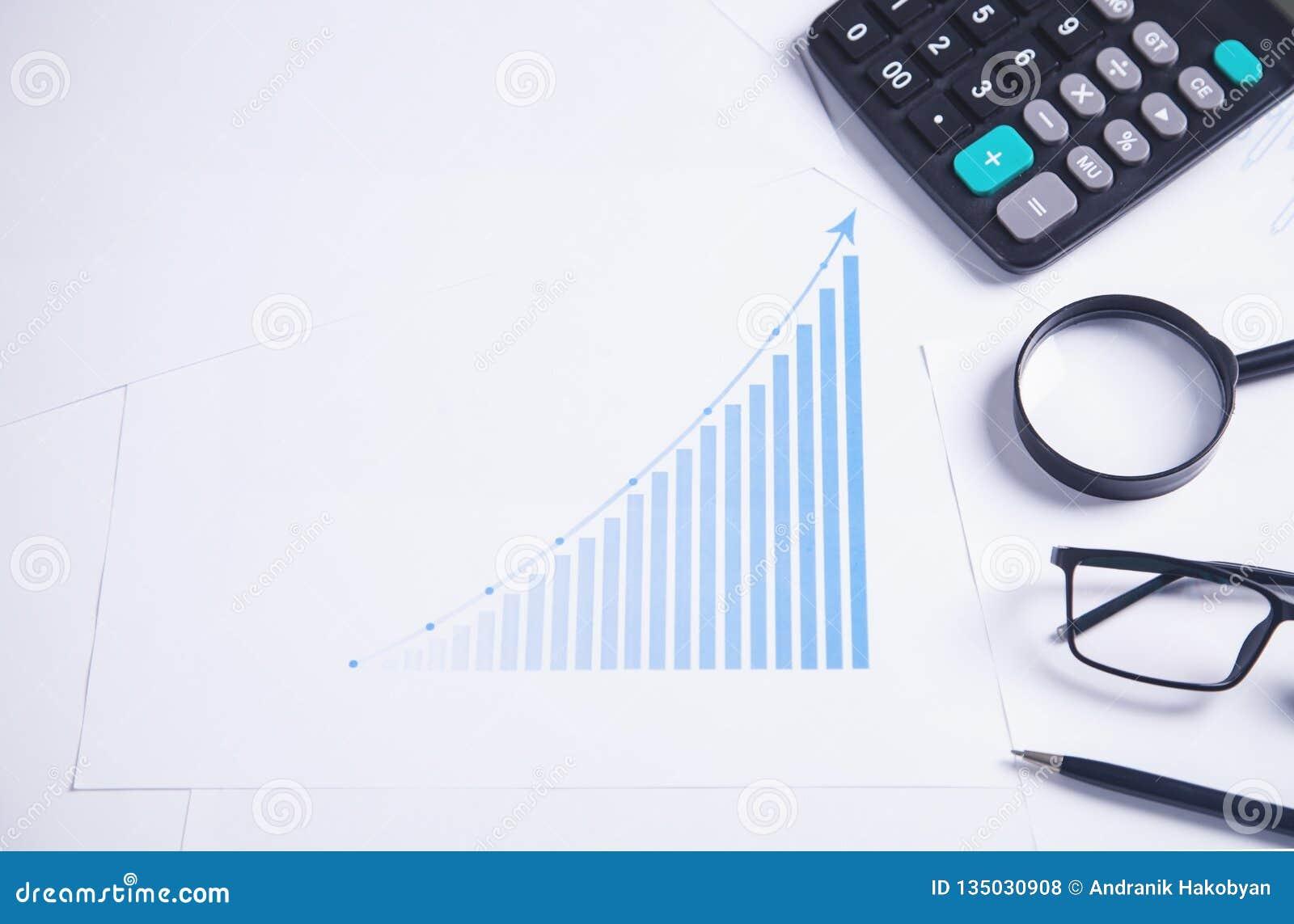 Financiële grafiek met bedrijfsvoorwerpen