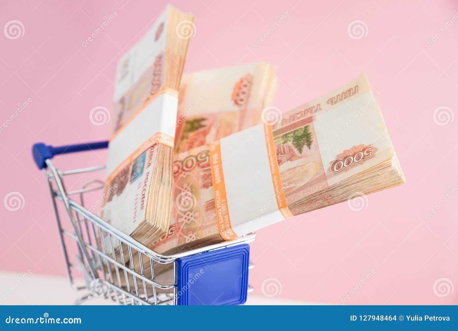 Financiënconcept, boodschappenwagentje met geld het winkelen karretje en Russisch geld Bedrijfsconcept, verkeerde investering