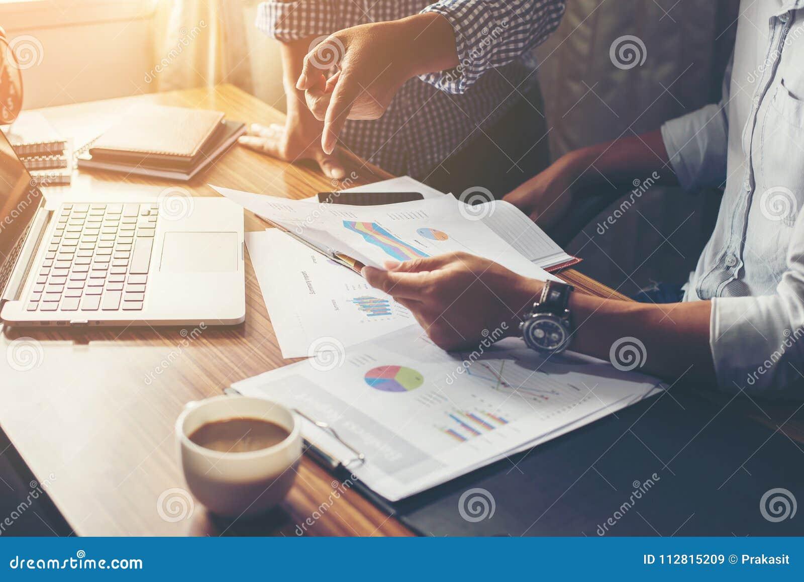 Financier, rendant compte, conseiller en investissement consultant son équipe
