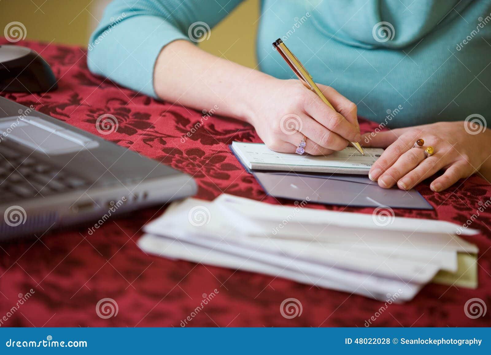 Financiert: De vrouw schrijft Controle voor Rekeningen