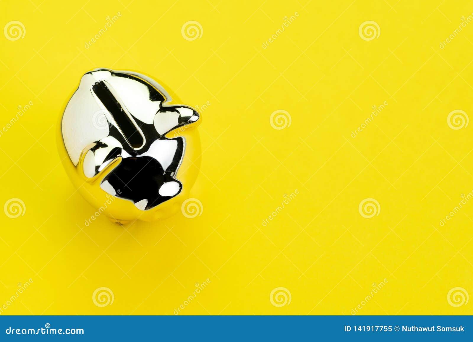 Finanse, bankowość, oszczędzania lub inwestorski pojęcie, błyszczący srebny prosiątko bank na stałym żółtym tle z kopii przestrze