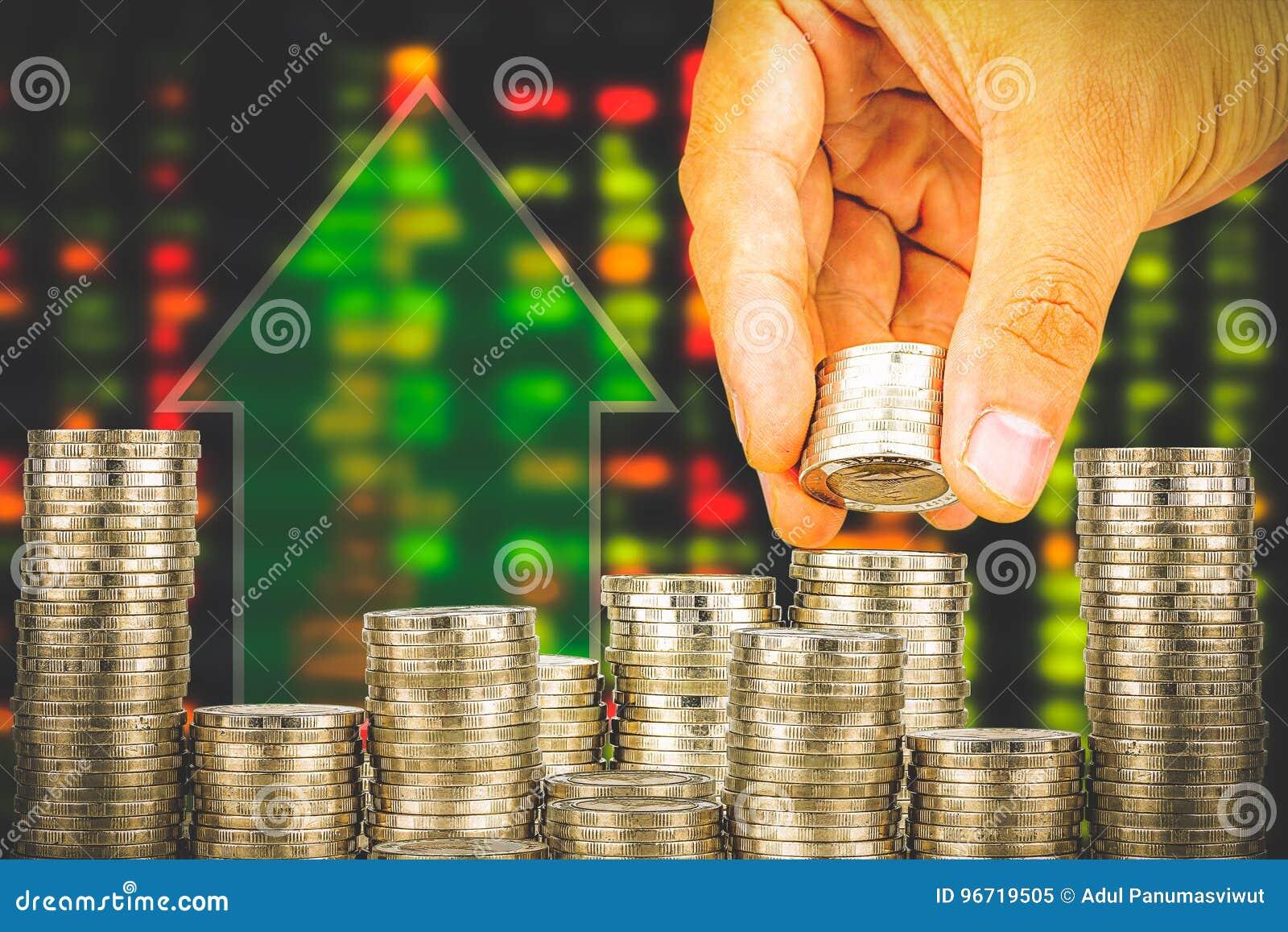 Finanse i oszczędzania pieniądze bankowości pojęcie, nadzieja inwestora pojęcie, Męska ręki kładzenia pieniądze moneta jak sterta