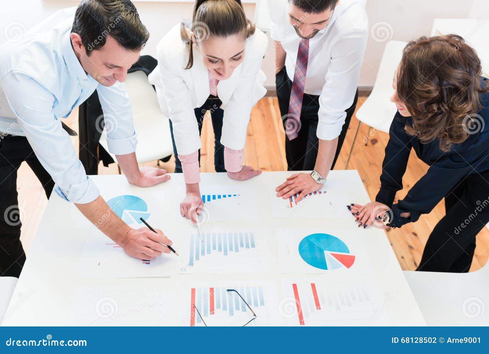 Finansiella konsulenter i banken som analyserar data