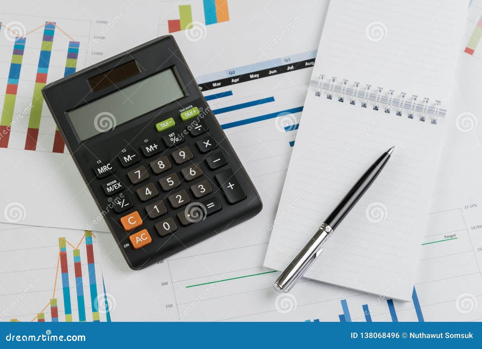 Finansowy zysk i straty lub biznesu quarterly występu przeglądu pojęcie, kalkulator, pióro z papier notatką na prętowym wykresie