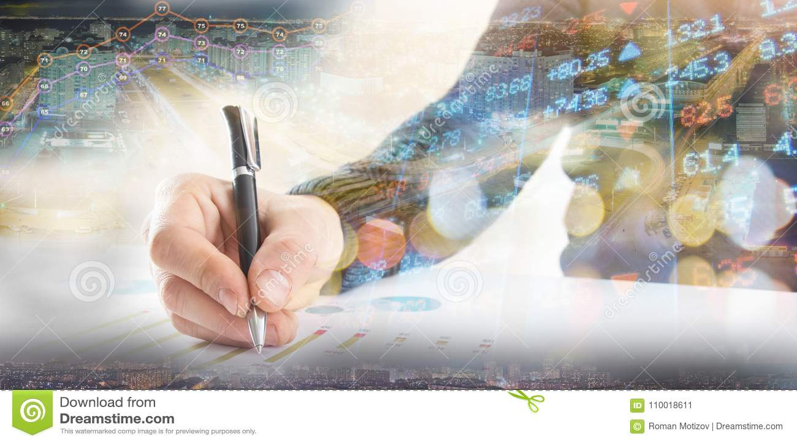 Finanza, contante concetto L uomo d affari firma i documenti Immagine astratta del sistema finanziario con il fuoco selettivo, to